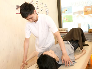 東大阪の整骨院 健康へのおもてなしグループ:猫背矯正・姿勢矯正の施術写真