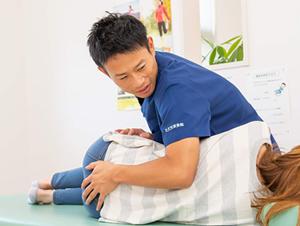 産後骨盤矯正の施術の様子