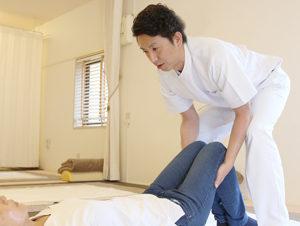 膝痛の施術の様子